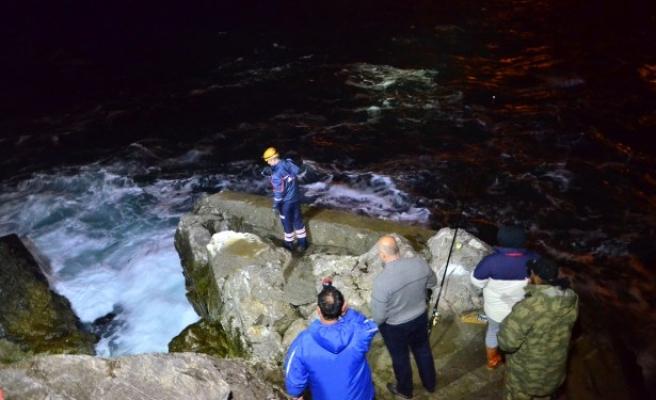 Balık tutarken denize düşen adamı arama çalışmaları sürüyor