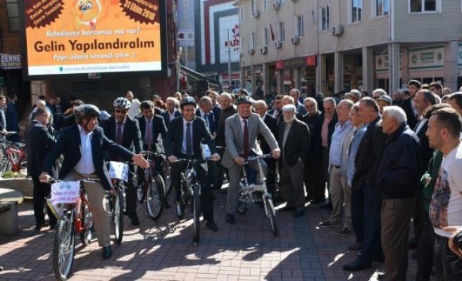 Başkan personeline bisiklet dağıttı, arabaya binme yasağı koydu