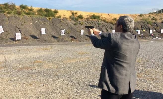 Gazeteciler silahları hedef tahtalarına ateşledi