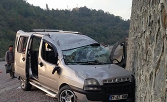 Aracı mıcıra kaptıran sürücü takla atarak duvara çarptı