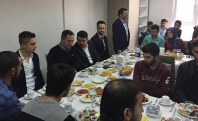 ÜNİAK kahvaltı programı'nda, üniversiteli gençleri buluşturdu