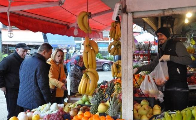 Uysal, pazar esnafını ziyaret edip çalışmaları inceledi