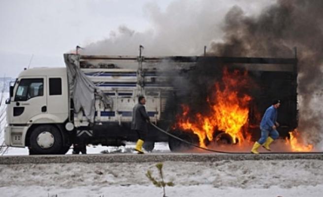 Bolu Dağında İnşaat malzemesi yüklü kamyon yandı