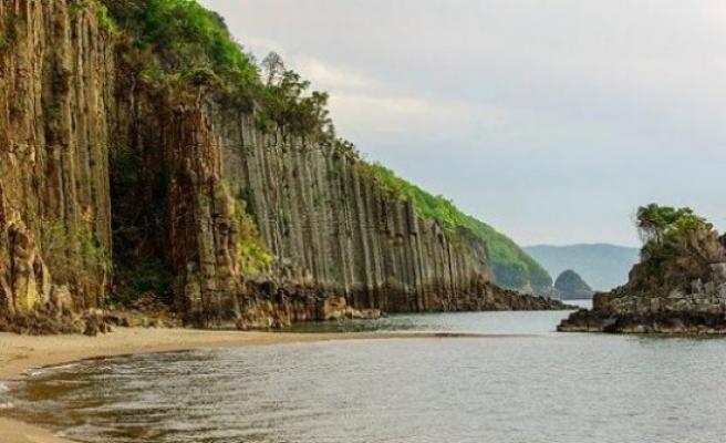 Vali Dirim,sahili çevreleyen lav sütunlarını incelendi.