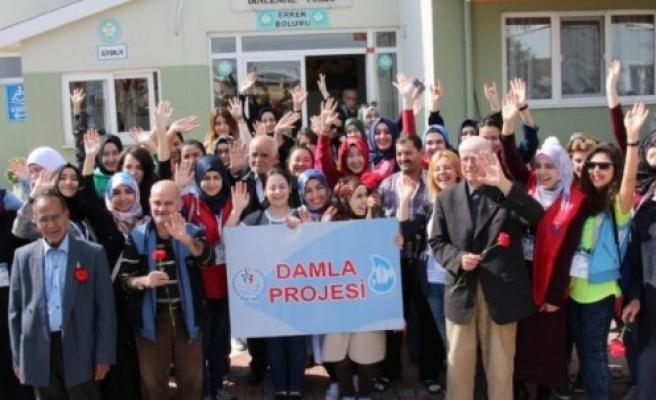 """Karabük'te """"Damla Projesi"""" gönüllüleri mezarlık temizlidi"""