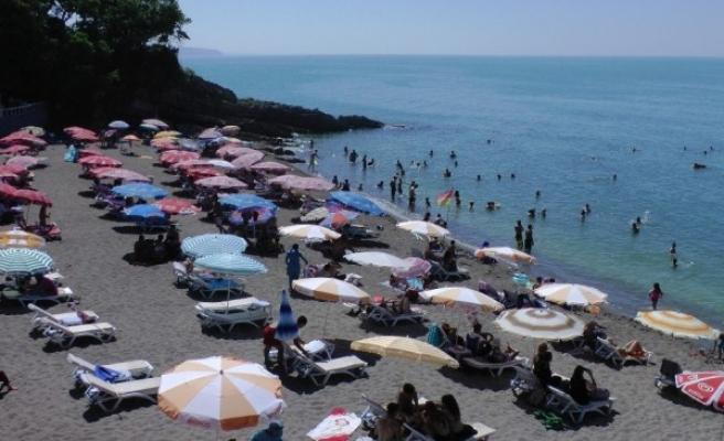 Akçakoca'da vatandaşlar plajlara akın etti