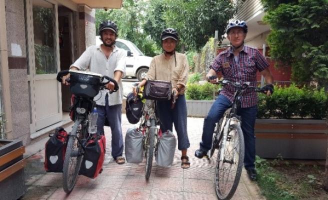 İtalya'dan yola çıkan bisikletli çift Düzce'de mola verdiler.