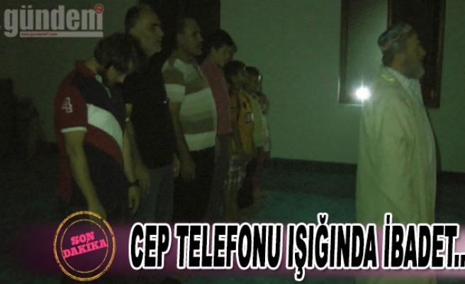 Akçakoca'da cep telefonu ışığında ibadet...