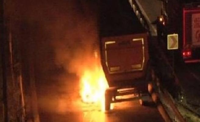 Pekmez yüklü kamyon alev alev yandı!