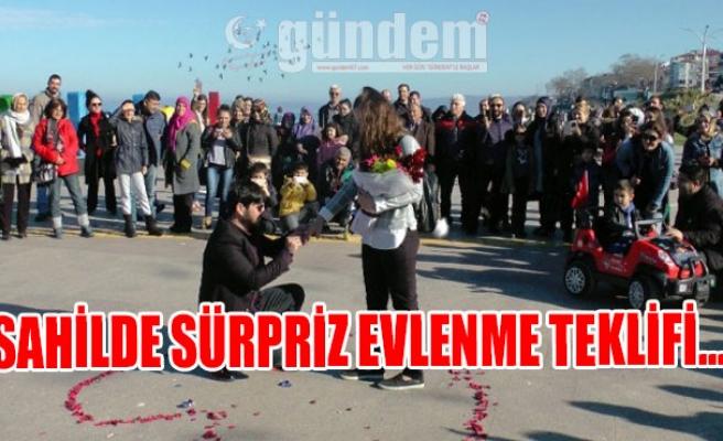 SAHİLDE SÜRPRİZ EVLENME TEKLİFİ...