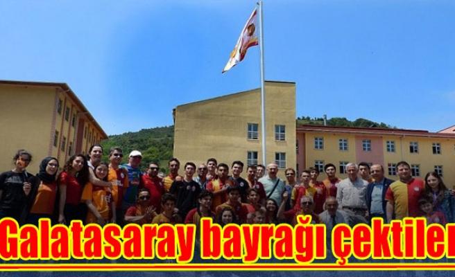 Galatasaray bayrağı çektiler