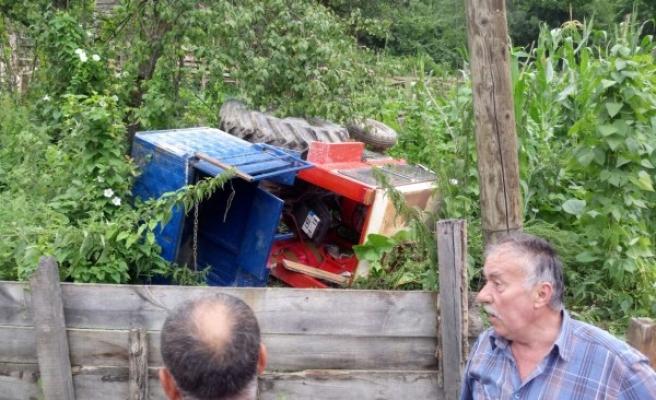 Düzce'de Traktör Şarampole Devrildi: 2 Kişi  Yaralı