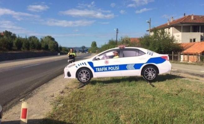 Bartın' ada yola maket trafik polis aracı konuldu