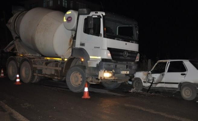 Otomobil ile beton mikseri çarpıştı: 1 yaralı...