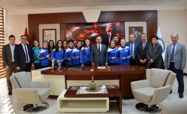Genç Kızlar Futbol Takımı'na ödül