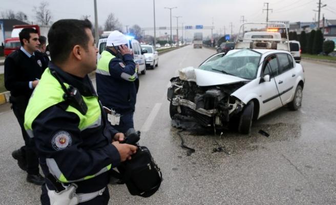 Sivil polis aracı, kamyona çarptı...