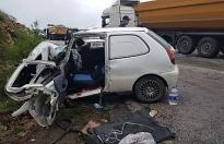 TIR'a çarpan otomobil sürücüsü araçta sıkıştı!..