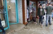 Markette alışveriş yaparken sular içinde kaldılar