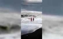 Dev dalgaların arasında buz gibi suya girdiler