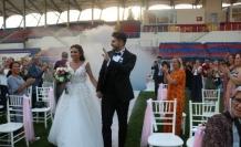Futbol antrenörü babasının kalecilik yaptığı stadyumda dünyaevine girdi