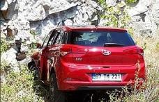 Otomobil kayalıklara çarptı!..