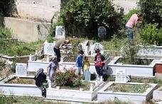 Bayram arefesinde mezarlıklar doldu taştı