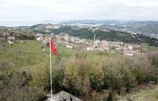 Şehitler anısına 20 metrelik Türk Bayrağı astılar