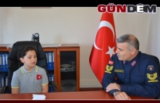 Jandarma komutanının koltuğuna kız çocuğu oturdu