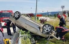 Takla atan otomobil ağacı ve elektrik direğine çarparak durabildi: 2 yaralı