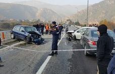 Otomobiller kafa kafaya çarpıştı : 3 yaralı