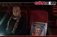 Annesinin anısını yaşatmak için her oyunda fotoğrafını koltuğa koyuyor