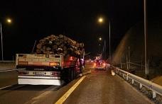 Bolu Dağı'nda tomruk yüklü tır kaza yaptı, tomruklar yola saçıldı
