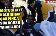 MOTOSİKLET KALDIRIMA ÇARPTI