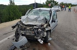 Otomobil kamyona çarptı: 1 ölü 1 yaralı!