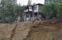 Temel kazısı yüzünden iki katlı evde yıkılma...