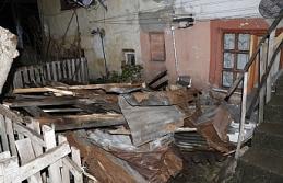 Fırtına evin çatısını uçurdu...
