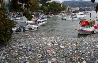 Şiddetli yağış limanı çöplüğe döndürdü