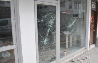 Bir dükkanın camlarını kıran şahıs gözaltına...
