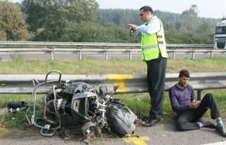 Motosiklet önce minibüs sonra bariyerlere çarptı;...