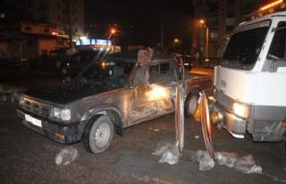 Tır kamyoneti 8 metre sürükledi:2 yaralı