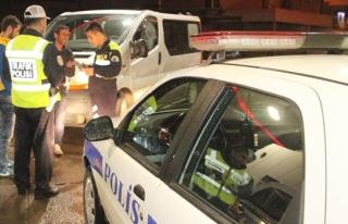 Alkollü sürücü polisi ikna edemeyince mazot içmeye...