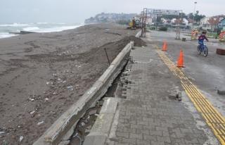 Dev dalgalar istinat duvarının bir kısmını yıktı