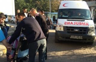 Hastane önünde ambulans çarptı