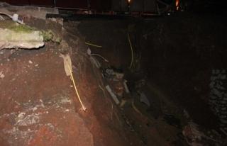 Asfalt yol çöktü , doğalgaz boruları patlatdı...