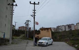 Yol ortasında kalan elektrik direği tehlike saçıyor