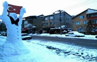 3 metrelik Türk Bayraklı kardan adama büyük ilgi