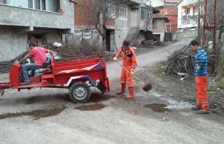 Bozulan yolu vatandaşlar kendileri tamir ediyor