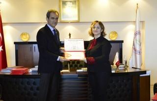 Teşekkür belgelerini Rektör Prof. Dr. Mahmut Özer...