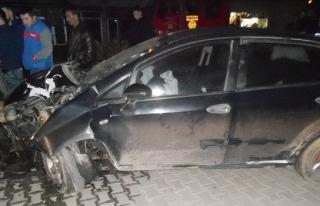 Alkollü sürücü elektrik direğine çarptı