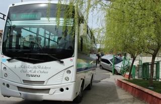 Otobüsle çarpışan otomobil korkuluklara girdi:...
